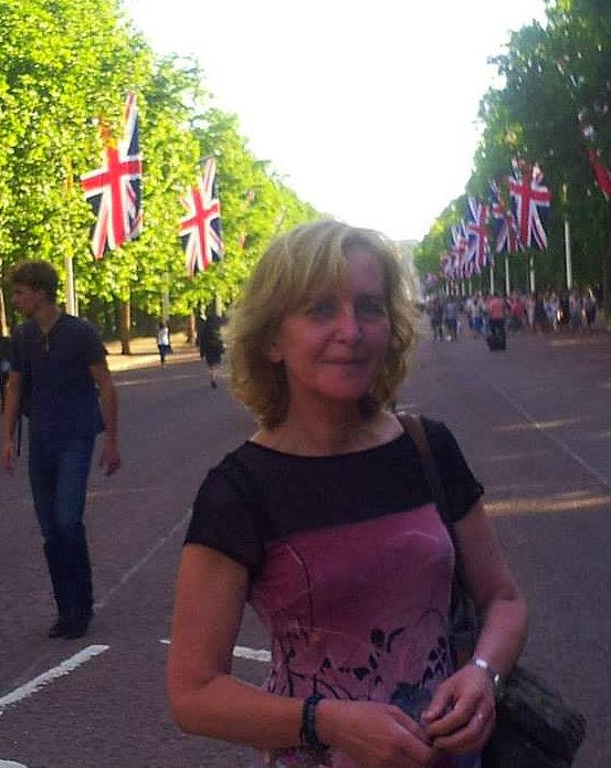 Mária 2008 óta él és dolgozik Londonban